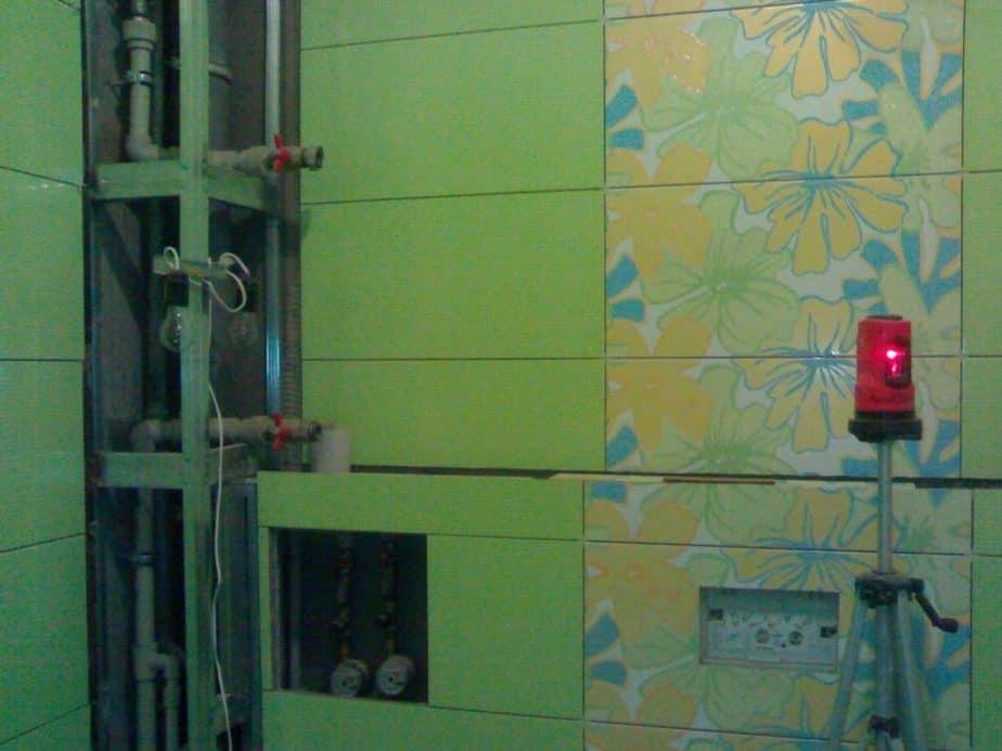 Спрятать трубы в ванной и санузле можно правильно